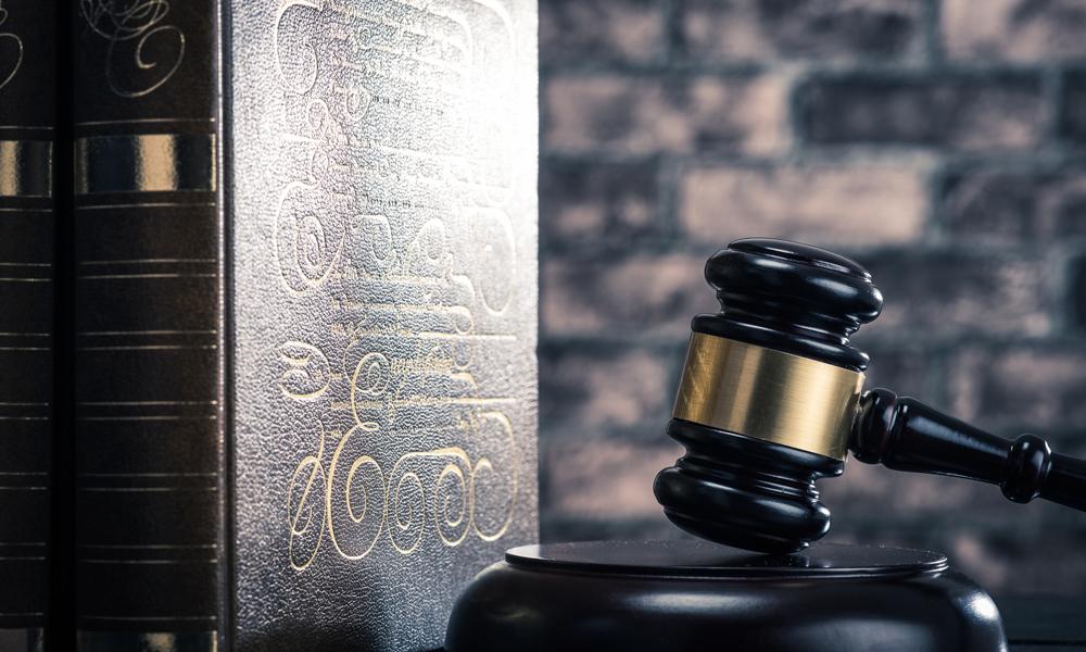 裁判とハンマー