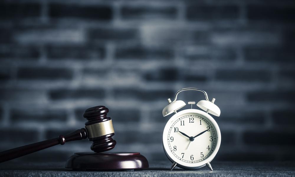 時効を連想させる時計とハンマー