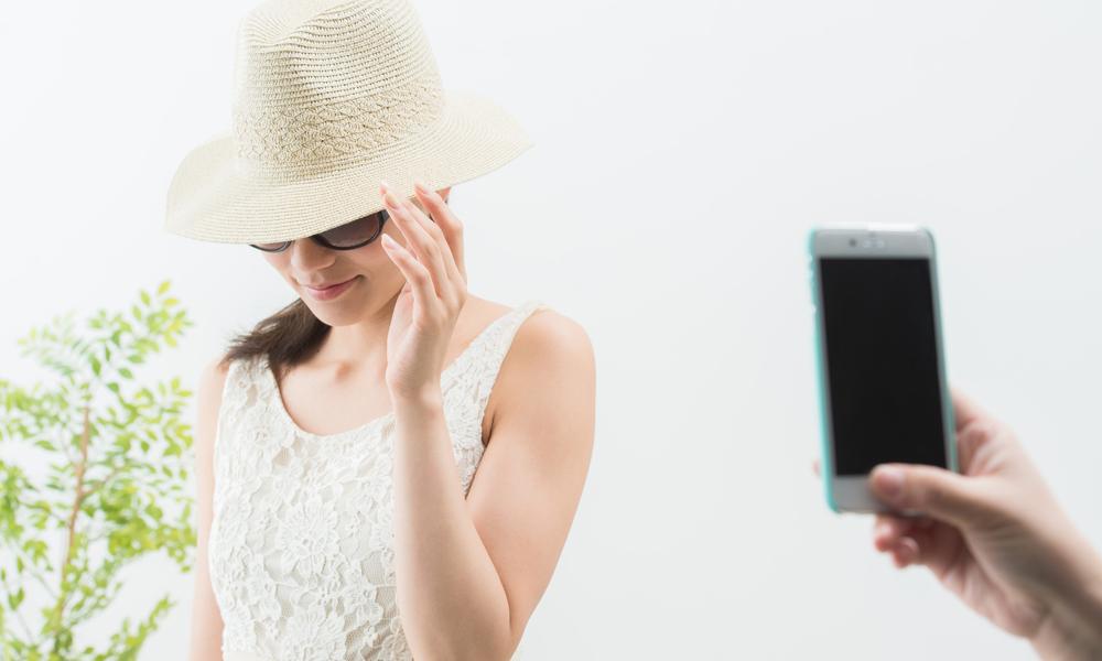 着衣の女性を撮影