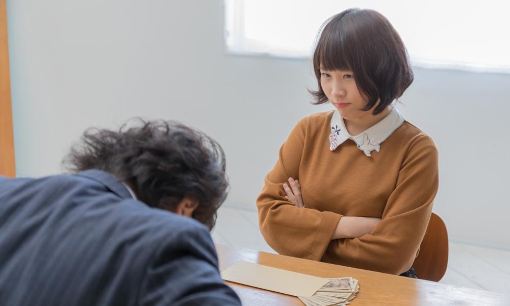 若い女性に謝罪する男性