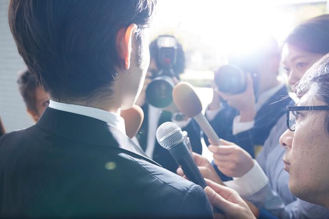 男性を取り囲む報道陣